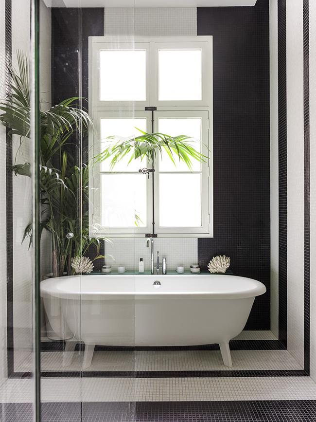 salle de bain noire blanche baignoire pied-à-terre parisien - blog déco - Clem Around The Corner
