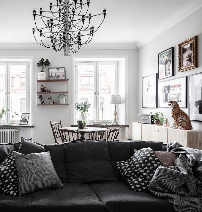 déco en noir et blanc canapé gris coussins tigre parquet salle à manger blog déco clem around the corner