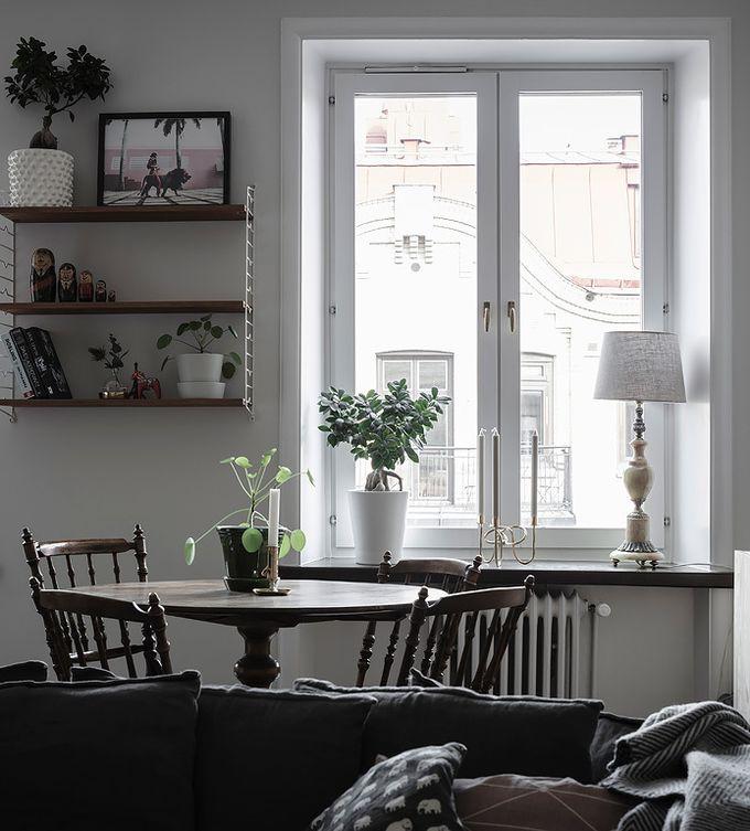 déco en noir et blanc salle à manger commode bois mur de cadres blog déco clem around the corner
