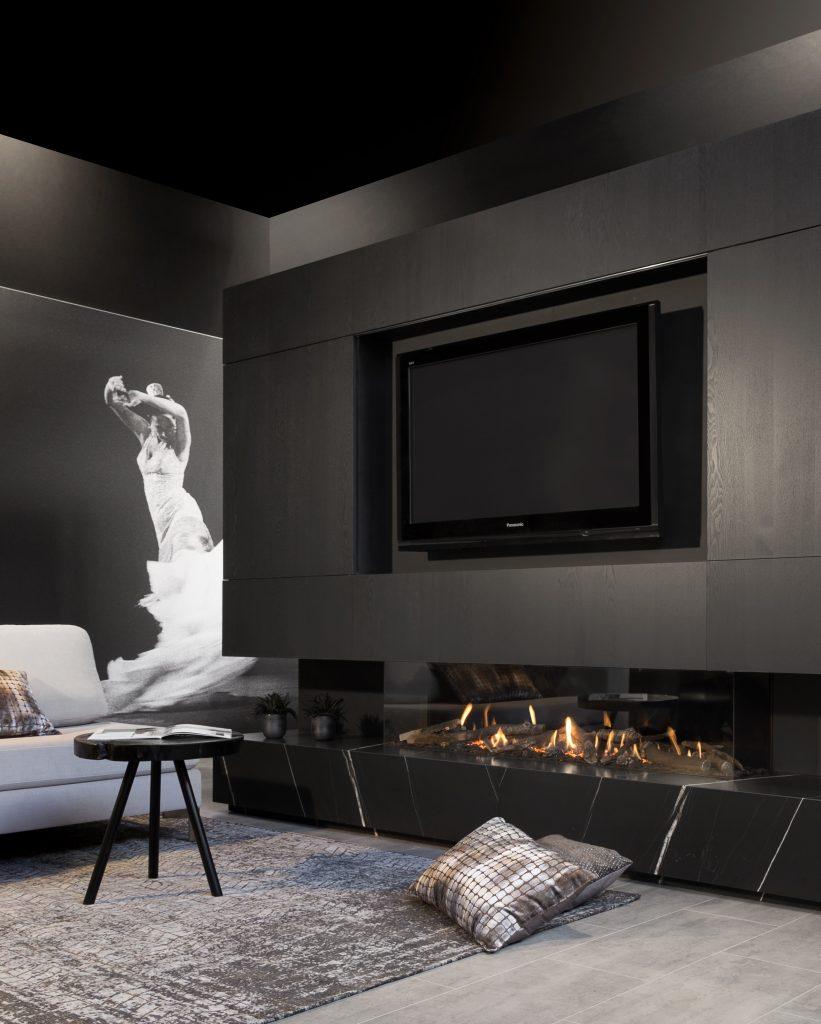 appartement noir et blanc artiste sculpture canapé au sol