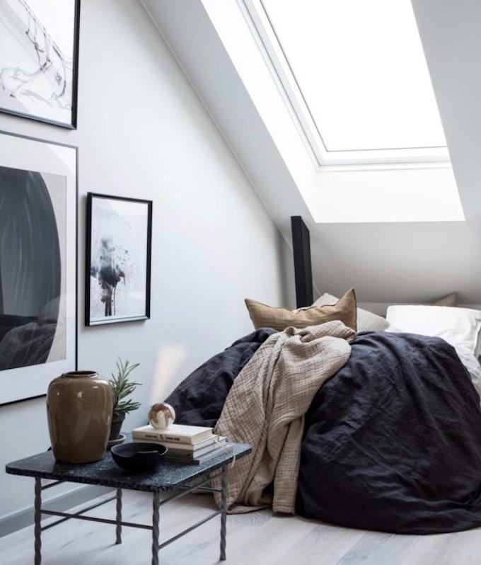 appartement design suédois lit chambre lin tableaux blog déco clem around the corner
