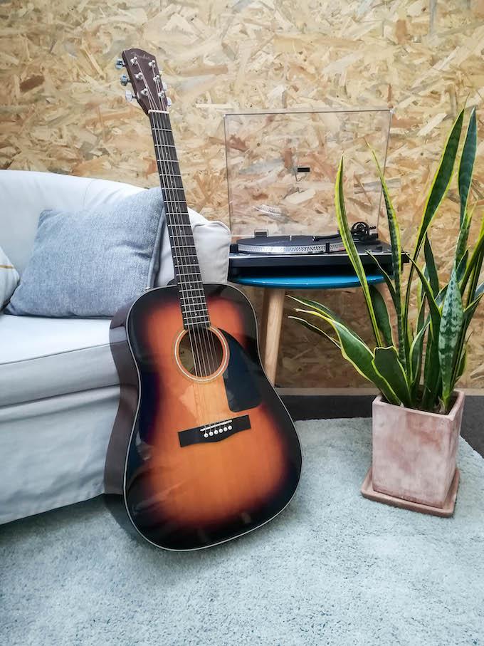 équipement audio guitare déco coin cosy bureau lecteur vinyle blog déco clem around the corner