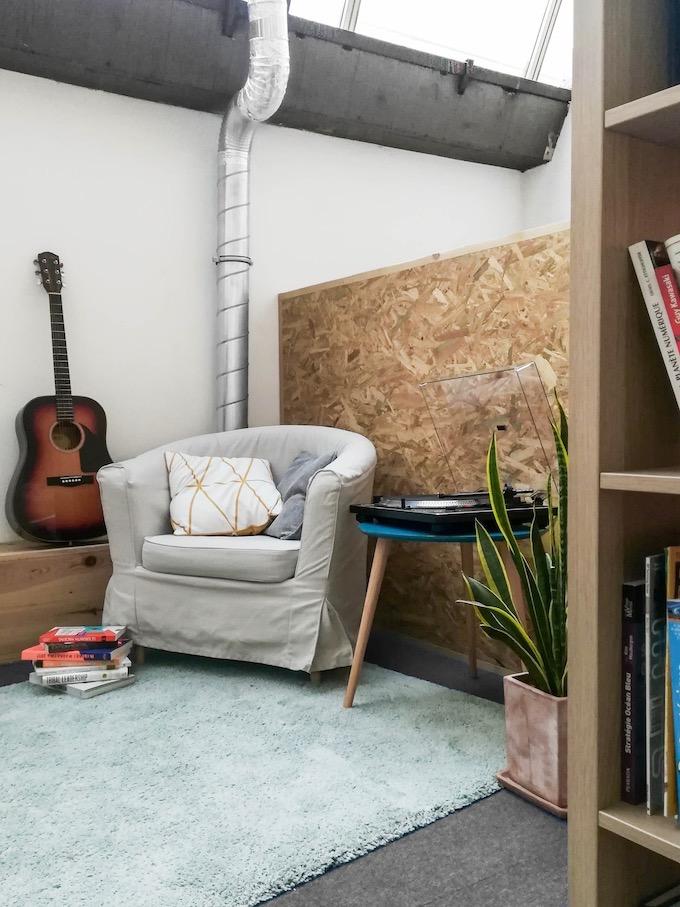 équipement audio guitare fauteuil platine vinyle disque vintage tapis blog déco clem around the corner