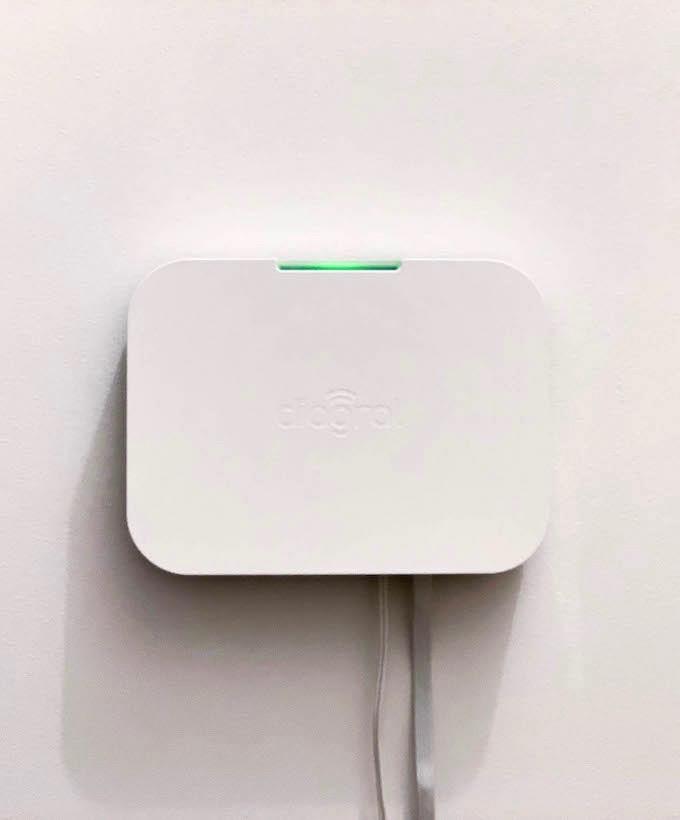 diagral e one alarme connectée blanche lumière verte accrochée au mur blog déco clem around the corner