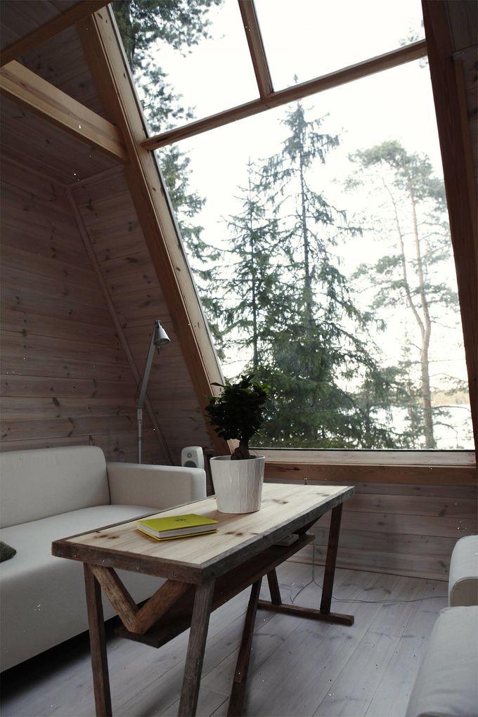 cabane dans les bois fenêtre baie vitrée canapé table bois forêt blog déco clem around the corner