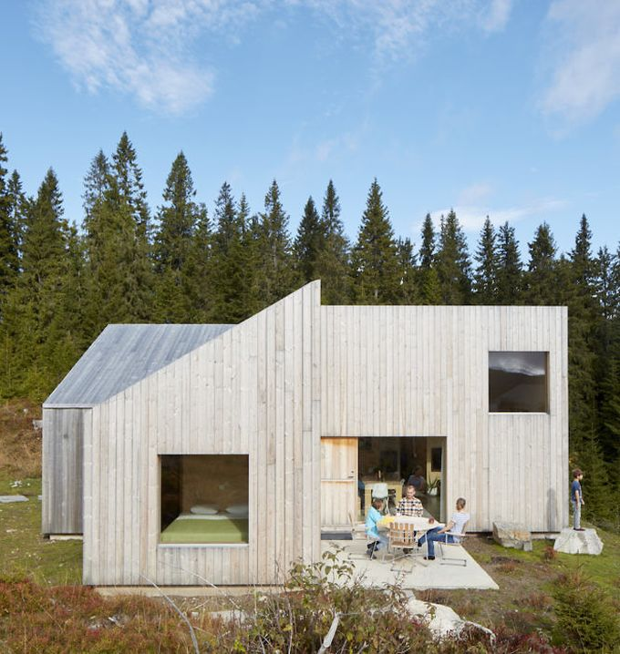 chalet design en norvège terrasse bois clair chambre fenêtre chambre vue blog déco clem around the corner