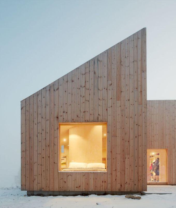 chalet design en norvège bois clair neige hiver chambre toit fenêtre blog déco clem around the corner