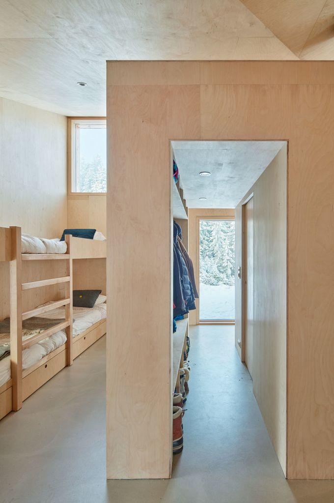 chalet design en norvège chambre lits superposés placard ouvert blog déco clem around the corner
