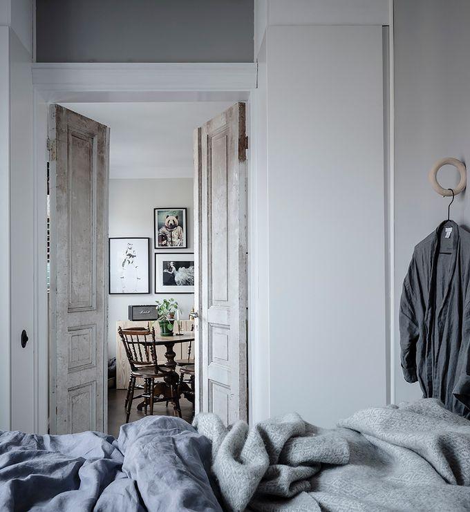 déco en noir et blanc lit chambre double porte blog déco clem around the corner