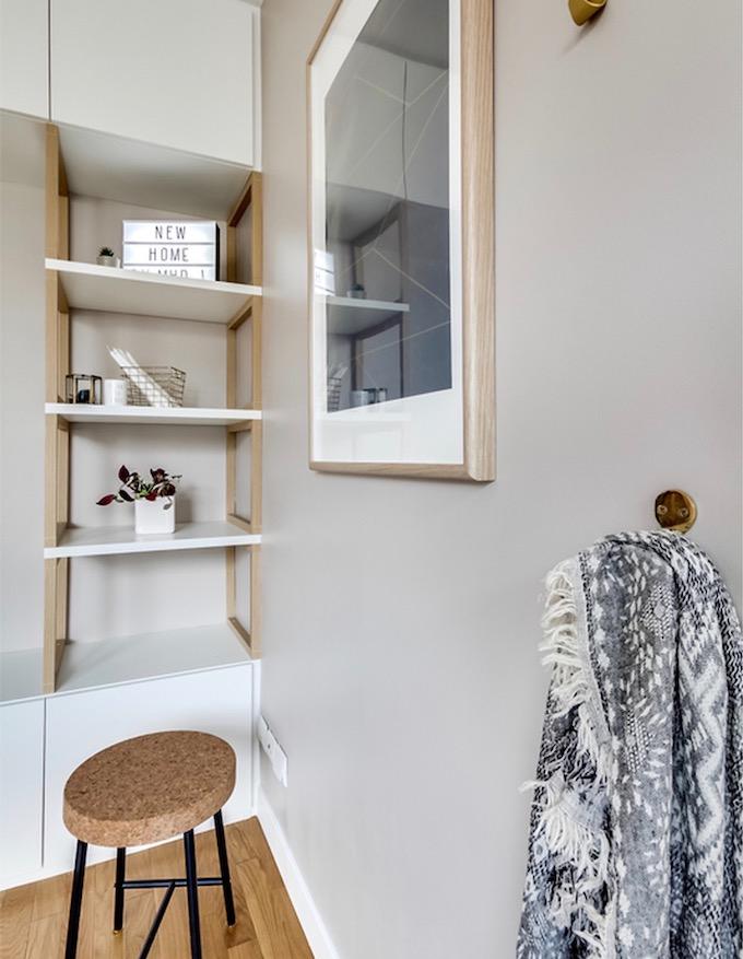 studio transformé en 2 pièces bibliothèque minimaliste scandinave bois blanc - blog déco - clem around the corner