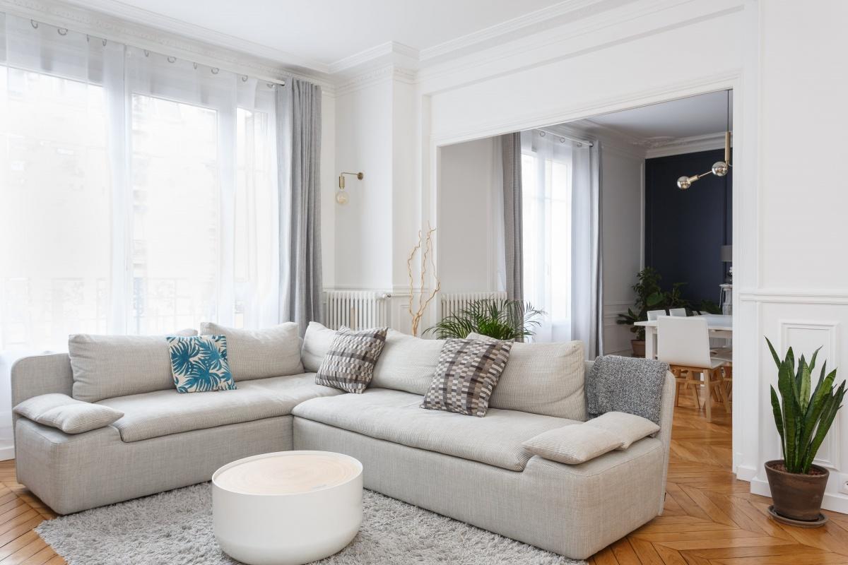 appartement chic parisien salon séjour canapé gris parquet bois table-basse ronde voilage blanc rideaux gris plante verte - blog déco - clemaroundthecorner