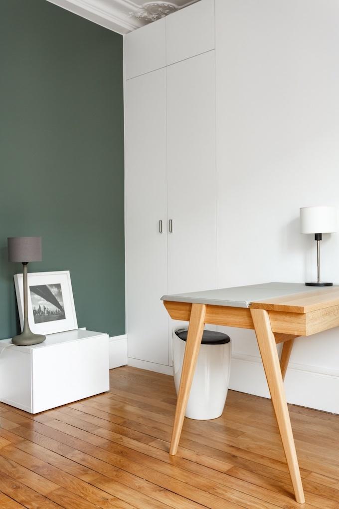 appartement chic parisien bureau parquet bois mur vert chaise lampe - blog déco - clemaroundthecorner