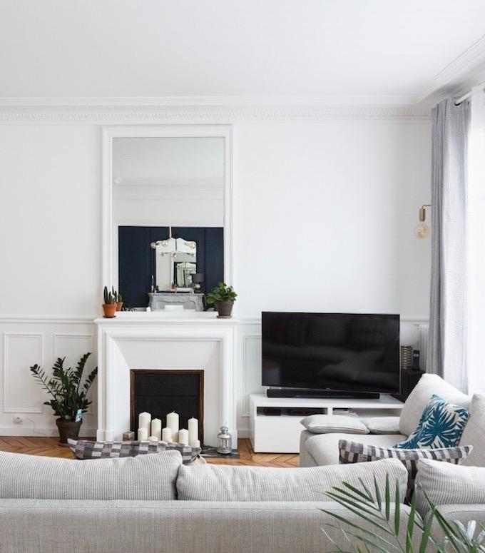 appartement chic parisien salon canape gris parquet bois cheminee television miroir mur blanc - blog deco - clemaroundthecorner