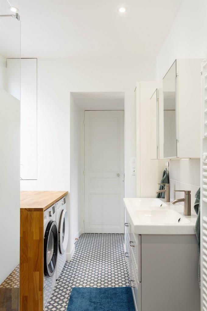 appartement chic parisien salle de bain meuble gris machine à laver revêtement bois - blog déco - clemaroundthecorner