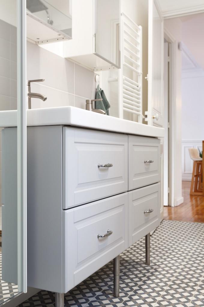 appartement chic parisien salle de bain meuble gris carrelage motif - blog déco - clemaroundthecorner