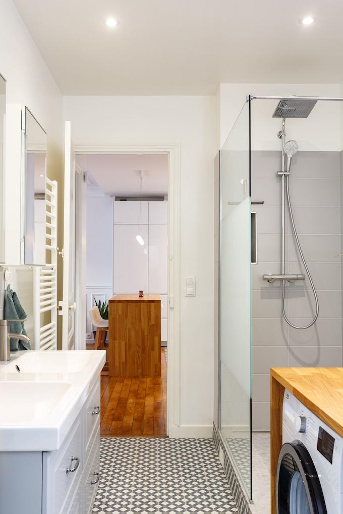 appartement chic parisien salle de bain douche italienne meuble gris carrelage motif machine à laver - blog déco - clemaroundthecorner