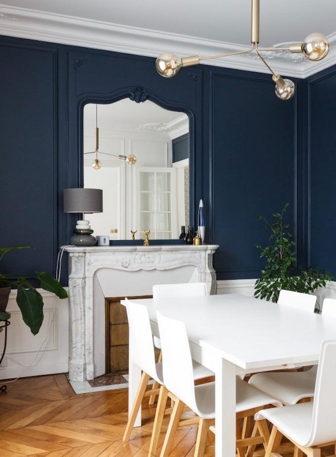 salle a manger haussmann mur bleu foncé farrow cheminée marbre gris meuble blanc - blog déco - clem around the corner