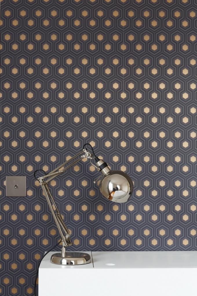 appartement chic parisien papier peint motif lampe meuble blanc - blog déco - clemaroundthecorner