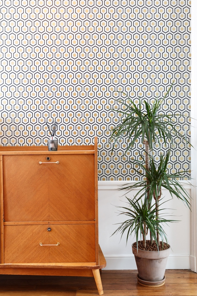 appartement chic parisien meuble bois plante verte papier peint motif - blog déco - clemaroundthecorner