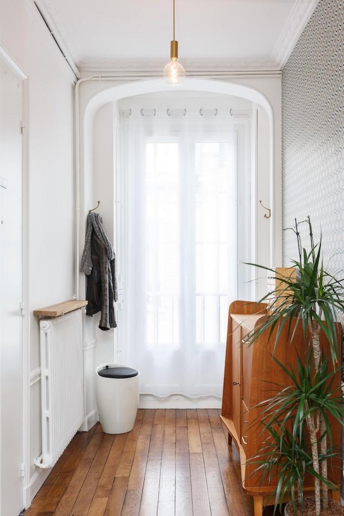 appartement chic parisien entrée abat-jour rond verre parquet bois - blog déco - clemaroundthecorner