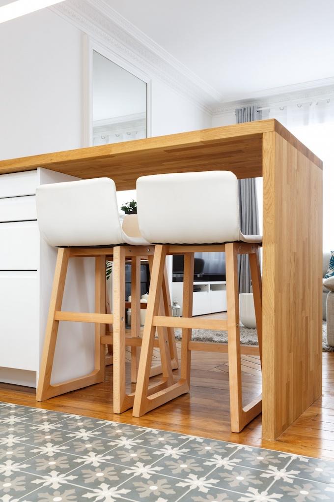 appartement chic parisien cuisine plan de travail bois chaise haute carreaux de ciments - blog deco - clemaroundthecorner
