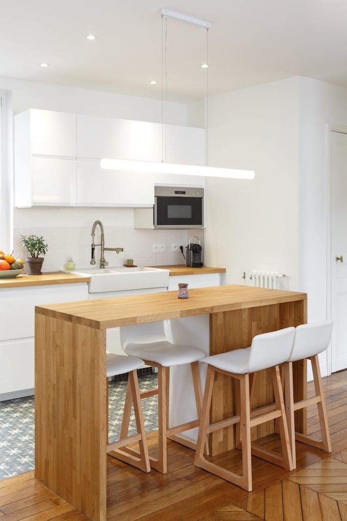 appartement chic parisien cuisine ouverte bar ilot bois chaise haute carrelage motif meuble blanc - blog déco - clemaroundthecorner