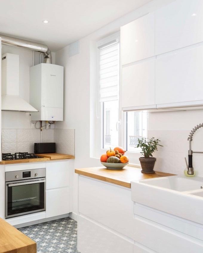 appartement chic parisien cuisine meuble blanc carrelage motif plan de travail bois - blog déco - clemaroundthecorner