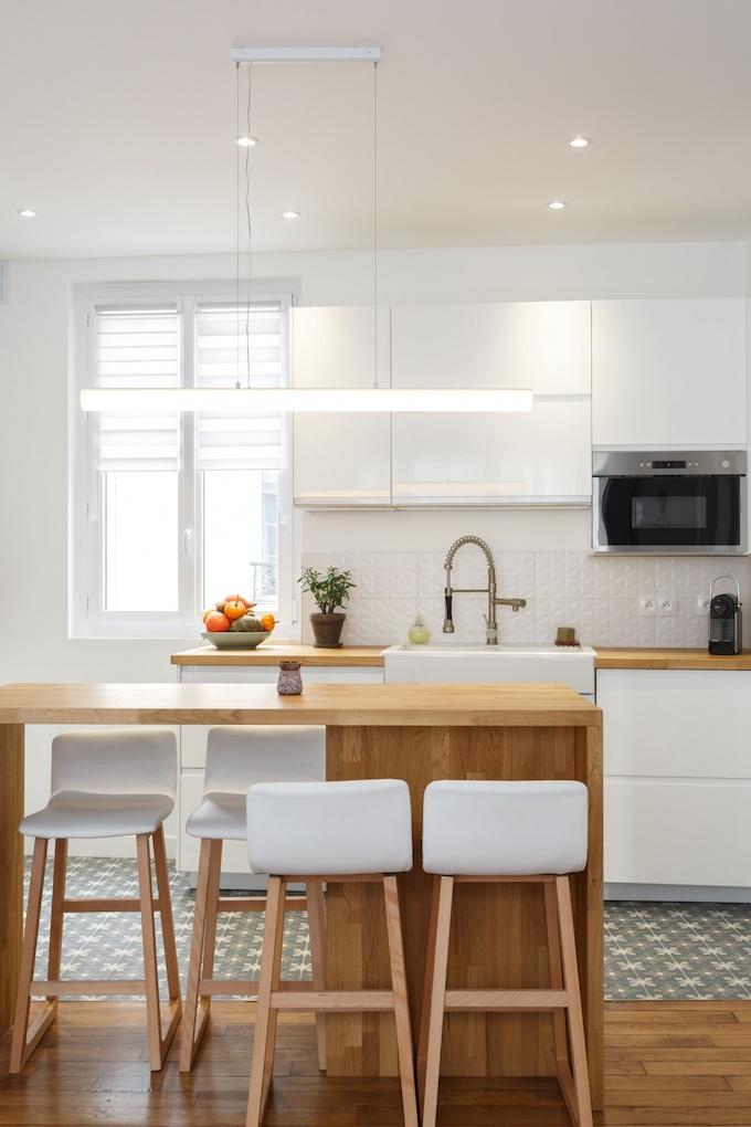 appartement chic parisien cuisine ilot bois chaise haute suspesion luminaire led - blog déco - clemaroundthecorner