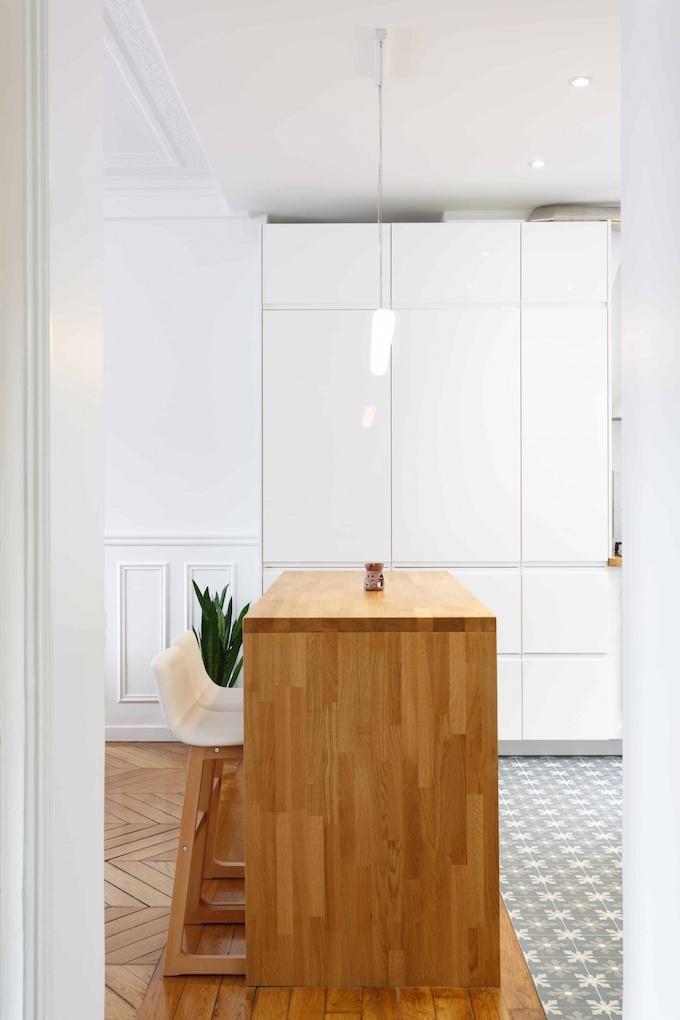 appartement chic parisien cuisine bar bois chaise haute parquet bois carreaux carrelage motif meuble rangement blanc - blog déco - clemaroundthecorner