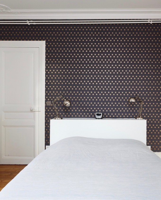 appartement chic parisien chambre parquet bois papier peint motif lit draps blancs porte blanche tête de lit - blog déco - clemaroundthecorner