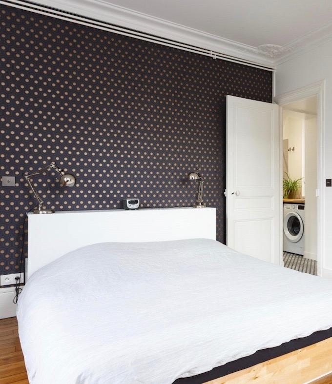 appartement chic parisien chambre lit draps blancs papier peint motif parquet bois - blog déco - clemaroundthecorner