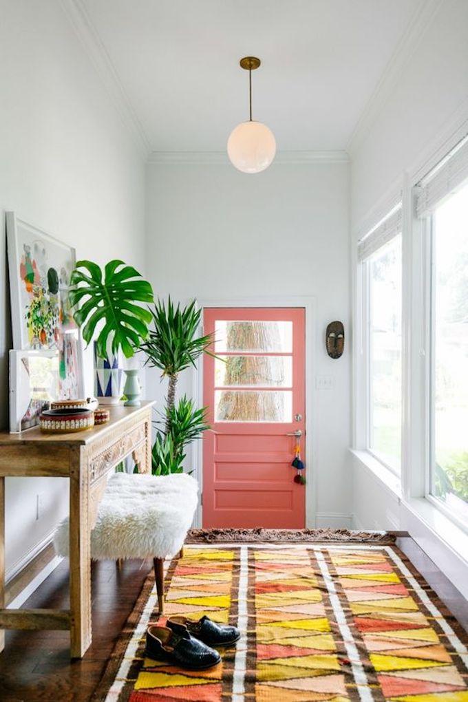 couleur de l'année pantone 2019 living coral porte tapis coloré couloir entrée maison originale bohème blog déco clem around the corner