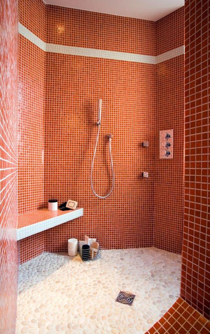 couleur de l'année pantone 2019 living coral couleur corail salle de bain carrelage faïence original douche blog déco clem around the corner