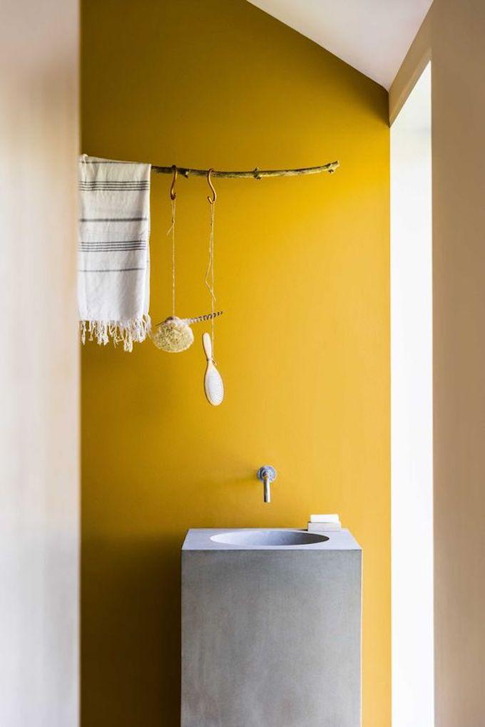déco couleur jaune moutarde gris béton salle de bain blog déco clem around the corner