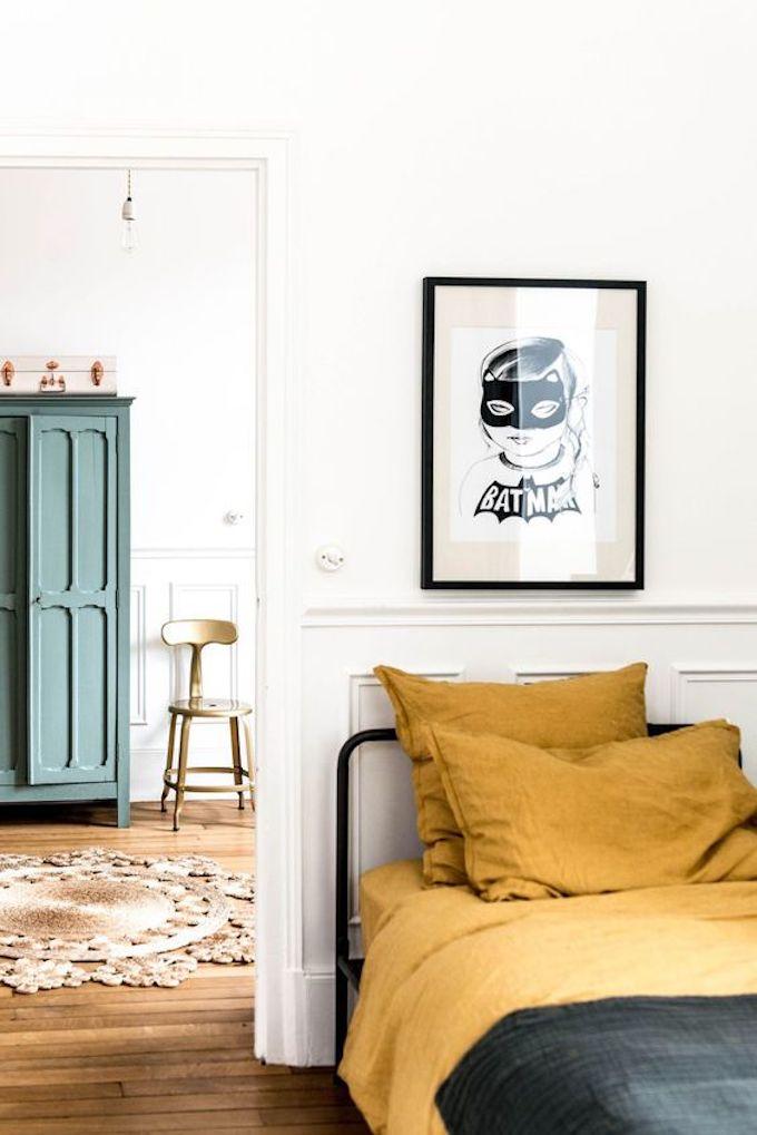 chambre enfant bleu foncé jaune  lit draps tableau batman parquet