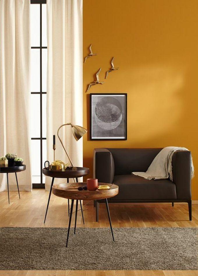 déco couleur jaune moutarde peinture mur salon canapé fauteuil bois table blog déco clem around the corner