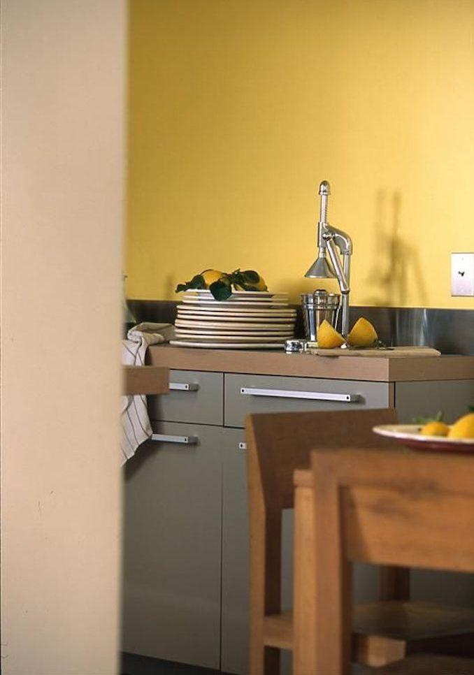 déco couleur jaune moutarde cuisine citron bois assiettes blog déco clem around the corner