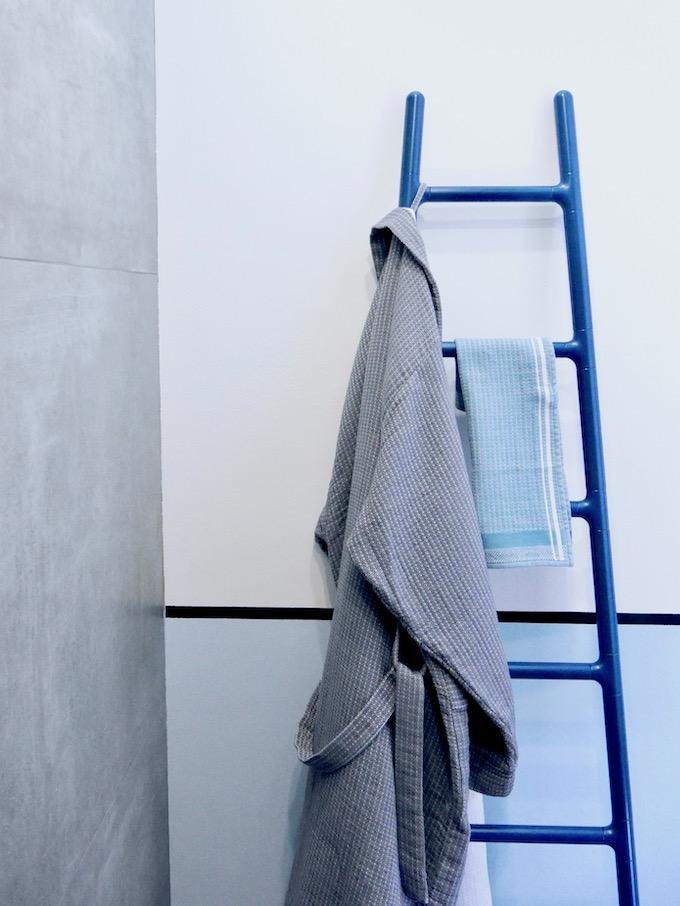 avant après salle de bain radiateur sèche serviette chauffant échelle design bleu - blog déco - clem around the corner