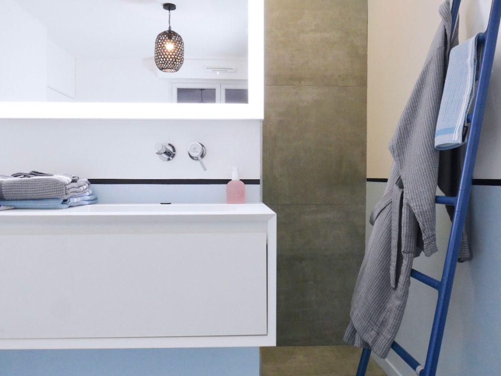 avant après salle de bain suite parentale blanc bleue - blog déco - clem around the corner