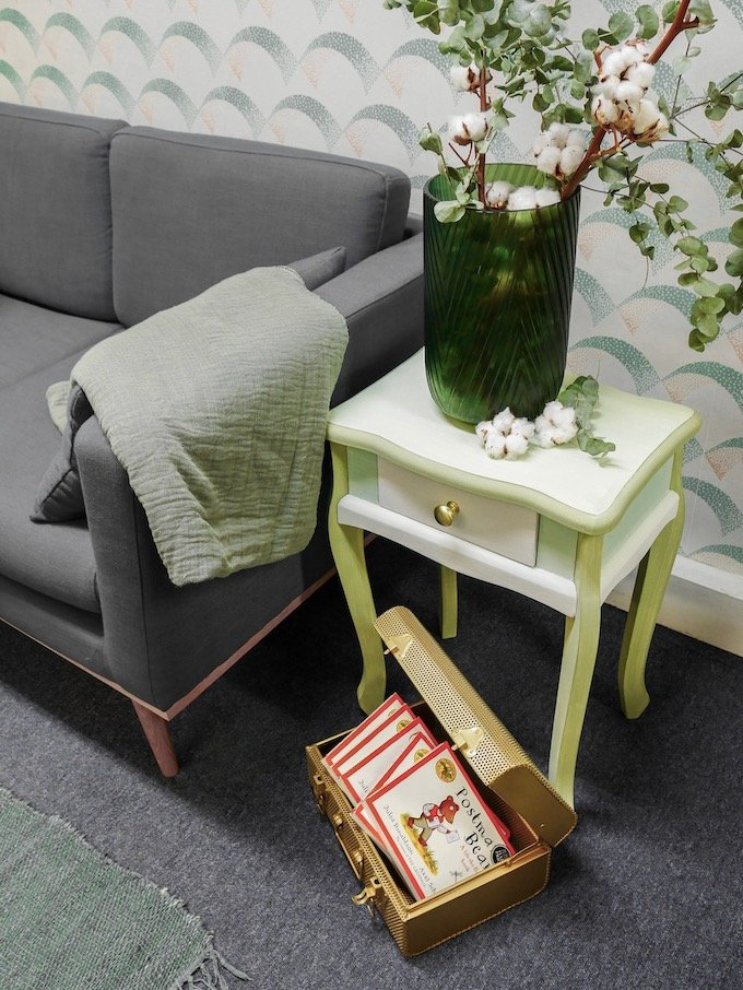 customiser une table de chevet diy vert vase laiton or canapé blog déco clem around the corner