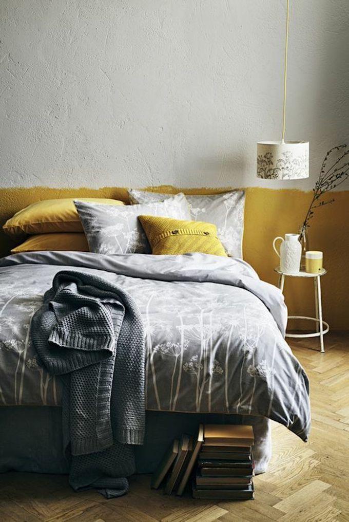 déco couleur jaune moutarde lit chambre parentale coussins couverture parquet bois mur bicolor blog déco clem around the corner