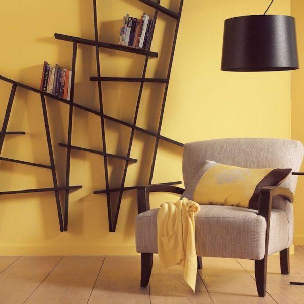 déco couleur jaune moutarde salon étagère bois graphique blog déco clem around the corner