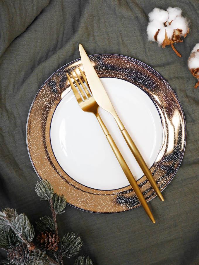 diner romantique de Noël assiette art déco paillettes or design réveillon table absolument maison - blog Clem around the corner