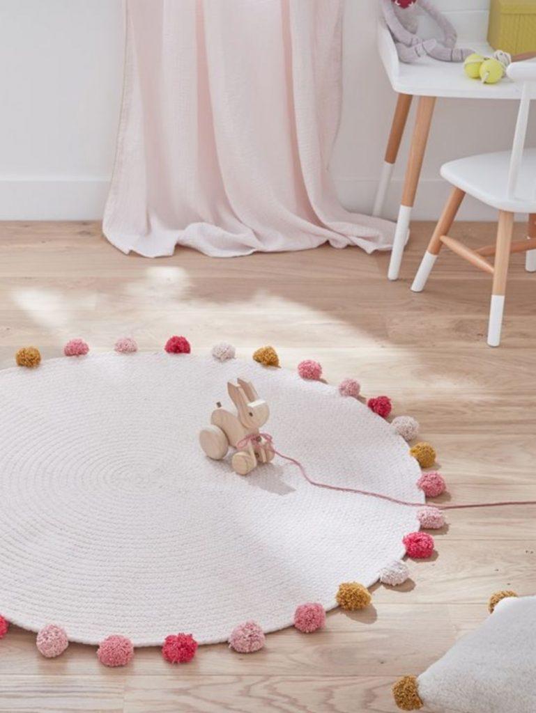 tapis rond chambre enfant rose pompon - blog déco - clem around the corner