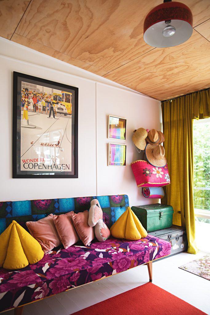 maison rétro australie vintage éclectique canapé fleurs chapeaux - blog déco - clem around the corner