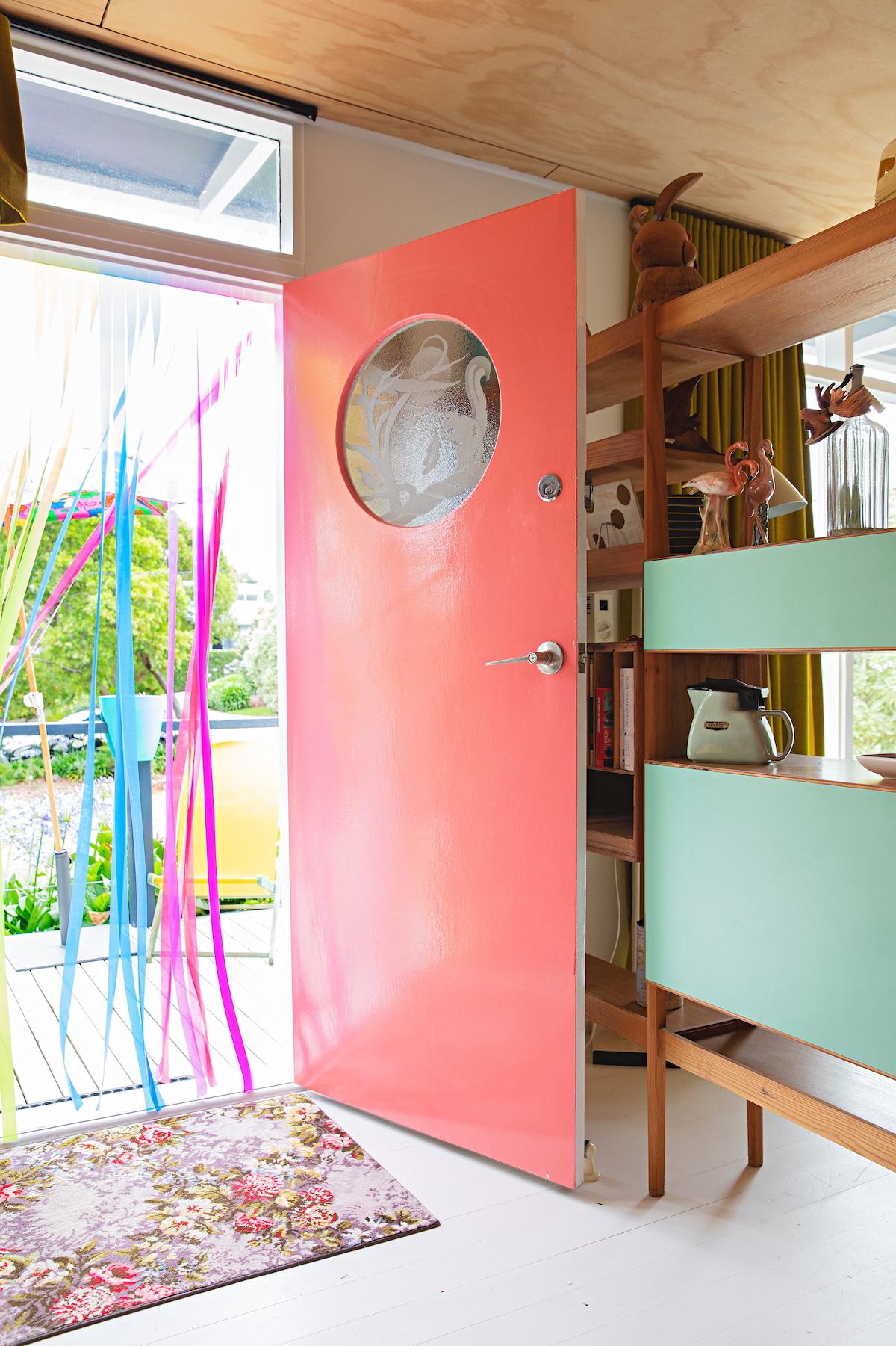 maison rétro australie entrée porte rose corail guirlande rubans - blog déco - clem around the corner
