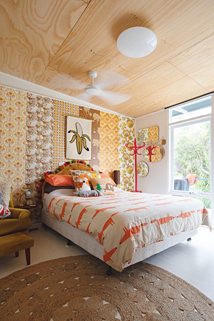 maison rétro australie papier peint mutlicolor chambre lit enfant - blog déco - clem around the corner