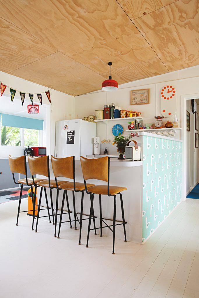 maison rétro australie cuisine ouverte bar chaise haute cuir - blog déco - clem around the corner