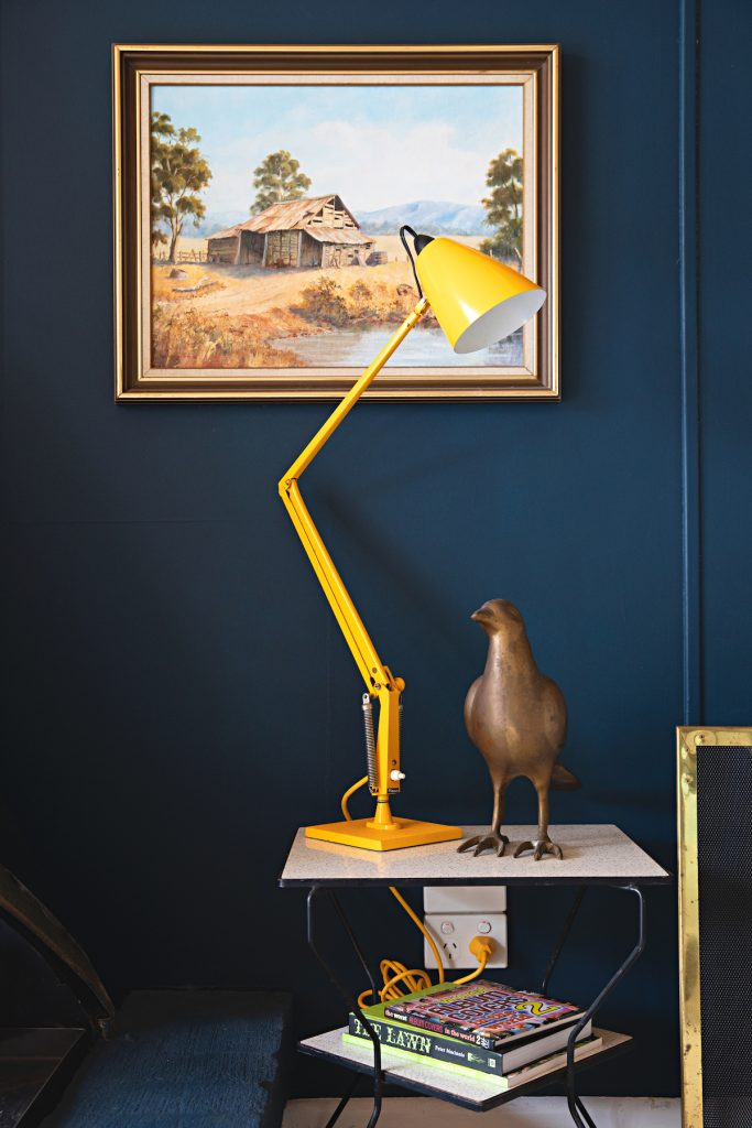 maison rétro australie lampe architecte jaune tableau mur bleu - blog déco - clem around the corner