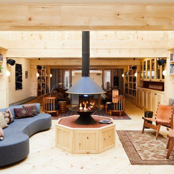 chalet noir salon lumineux bois parquet sof bleu - blog déco - clem around the corner